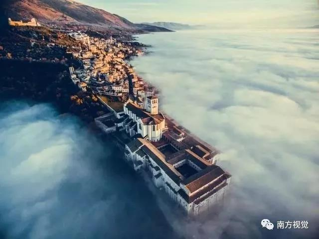 ▲城市类别的冠军:Assisi Over the Clouds,By Francesco Cattuto